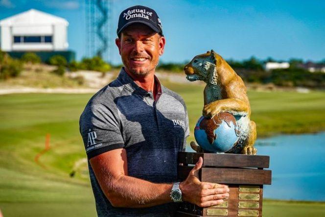 Henrik Stenson posa con el trofeo de ganador del Hero World Challenge. © PGA Tour