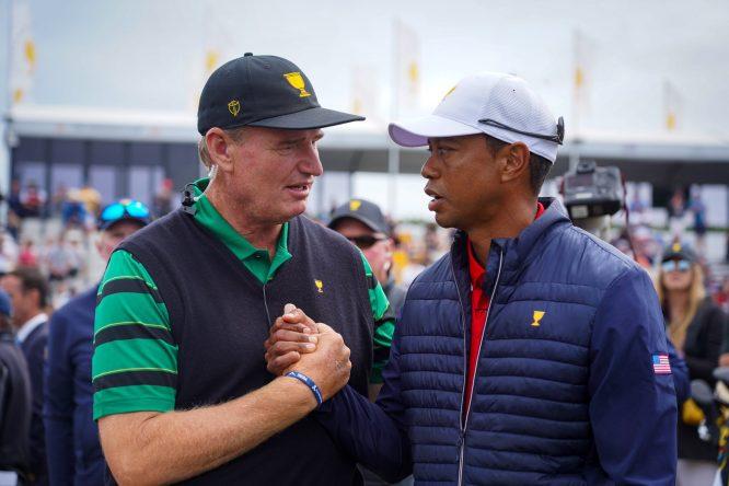 Ernie Els y Tiger Woods, saludándose © Presidents Cup