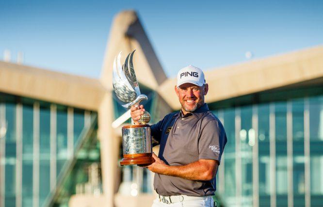 Lee Westwood posa con el trofeo de ganador del Abu Dhabi HSBC Championship. © Golffile | Oisin Keniry