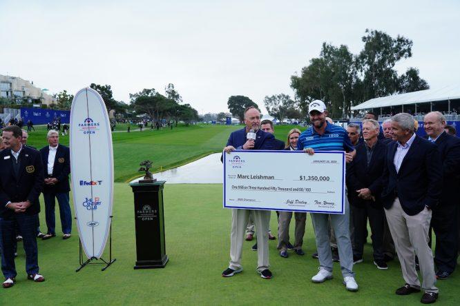Marc Leishman, recibiendo el cheque como ganador del Farmers © Golffile | Phil Inglis