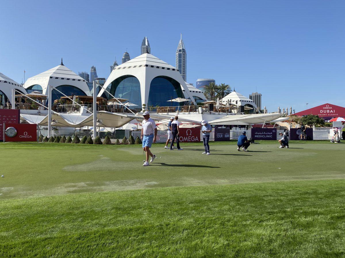 Lee Westwood hoy lunes en el putting green del Emirates Golf Club. © Tengolf