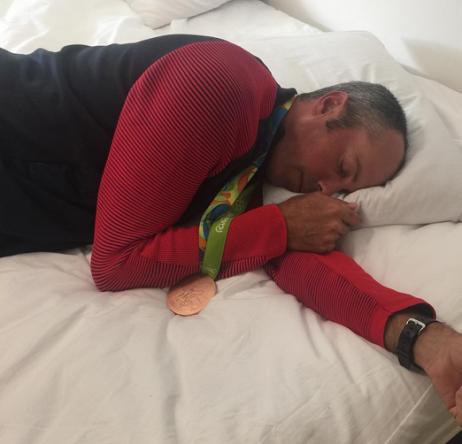 Kuchar, durmiendo con su medalla