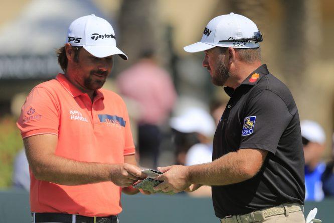 Victor Dubuisson y Graeme McDowel en la jornada final del Saudi International. © Golffile | Fran Caffrey