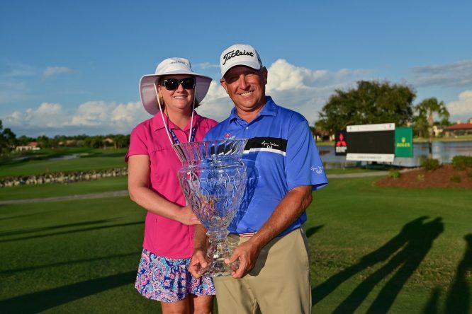 Scott Parel, con su mujer tras ganar el Chubb Classic © PGA Tour Champions