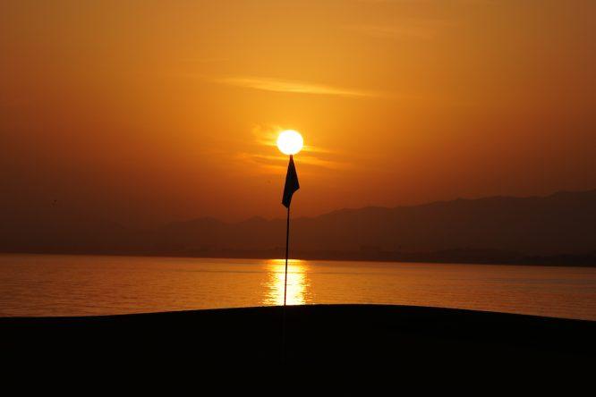 Puesta del sol en el hoyo 18 del Al Mouj Golf. © Golffile | Thos Caffrey