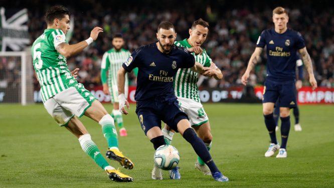 Benzema, ante Guardado y Bartra © Real Madrid