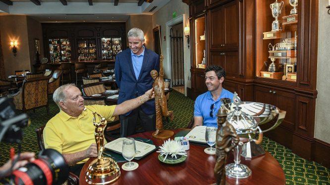 McIlroy, recibiendo un premio de Nicklaus © PGA Tour
