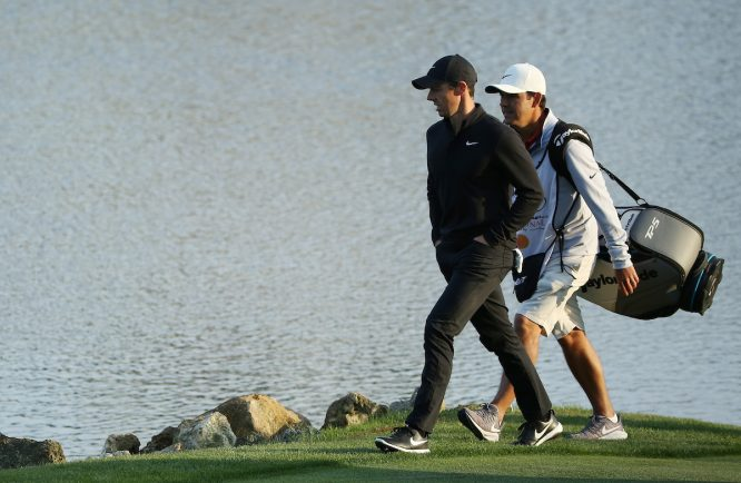Rory McIlroy y su caddie Harry Diamond. © Golffile | Scott Halleran