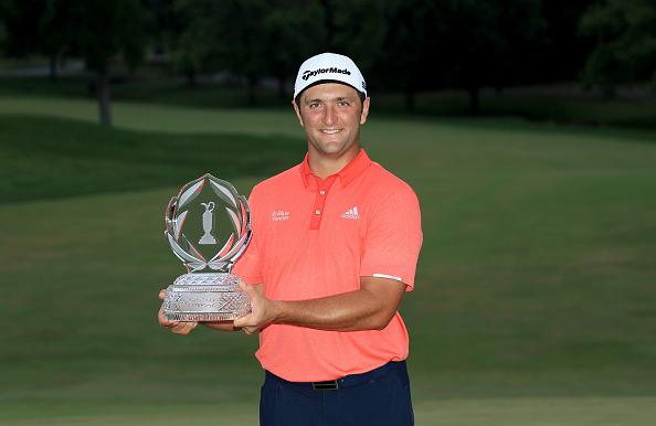 Jon Rahm posa con el trofeo de ganador del Memorial Tournament en 2020. © Getty Images