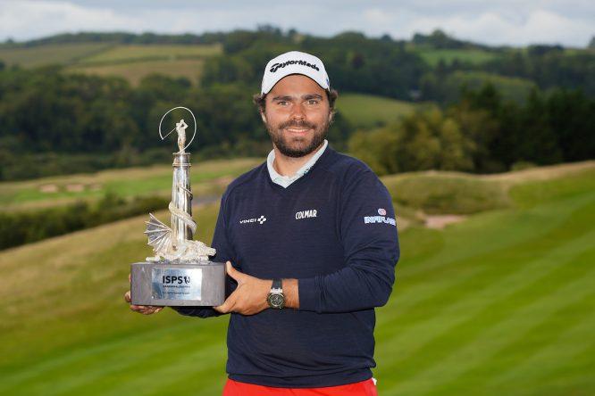 Romain Langasque posa con el trofeo de ganador del ISPS Handa Wales Open. © Golffile | Phil Inglis