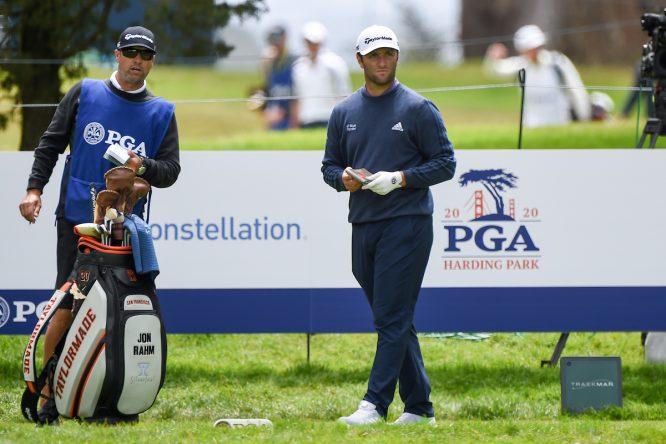 Jon Rahm, con su caddie en el PGA Championship © Golffile | Ken Murray