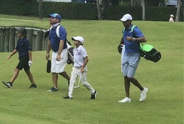 Charlie Woods, junto a su padre, Tiger © Twitter @RiggsBarstool