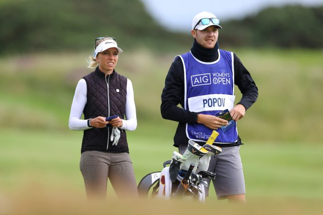 Sophia Popov, ganadora del British, con su caddie © Golffile |