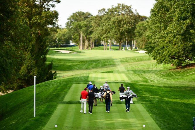 Un grupo de jugadores y caddies durante la ronda de prácticas del martes en Winged Foot. © USGA via Golffile