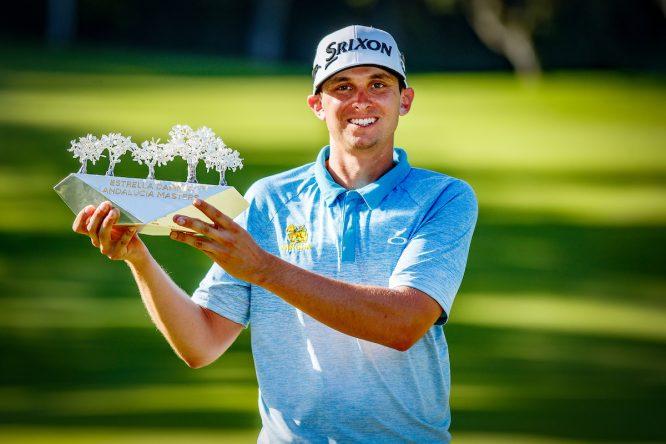 John Catlin posa con el trofeo de ganador del Estrella Damm Andalucía Masters. © Golffile | Oisín Keniry