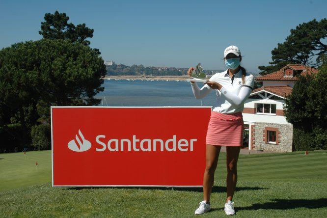 Harang Lee posa con el trofeo de campeona del Santander Golf Tour en Pedreña.