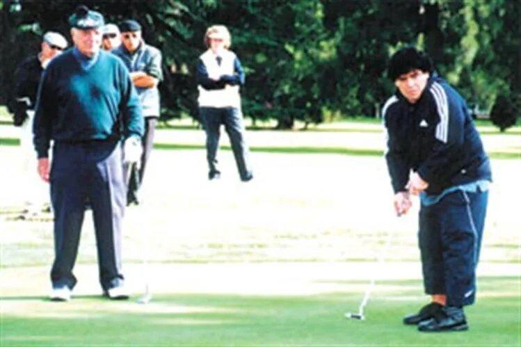 Maradona, jugando con De Vicenzo