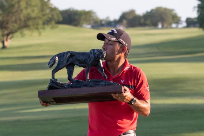 Pablo Larrazábal, con el trofeo de ganador del Alfred Dunhill Championship 2019. © Golffile | Shannon Naidoo