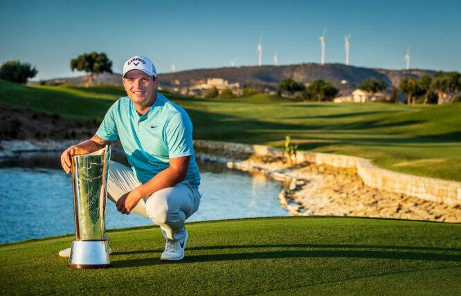 Callum Shinkwin posa con el trofeo de ganador del Open de Chipre. © Golffile | Oisín Keniry