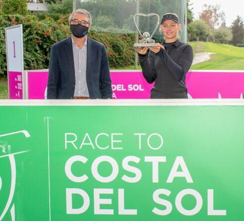 Francisco Salado, presidente de Turismo Costa del Sol y Emily Kristine Pedersen, ganadora de la Race to Costa del Sol 2020.