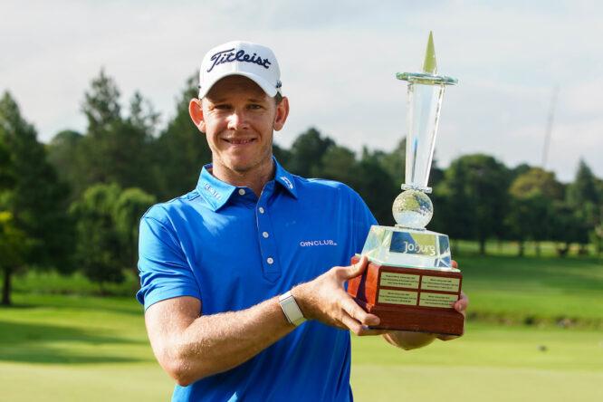 Joachim B. Hansen posa con el trofeo de ganador del Joburg Open 2020. © Golffile | Thos Caffrey