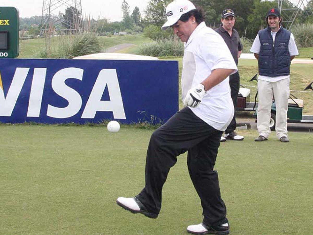Maradona, dando toques una pelota de golf