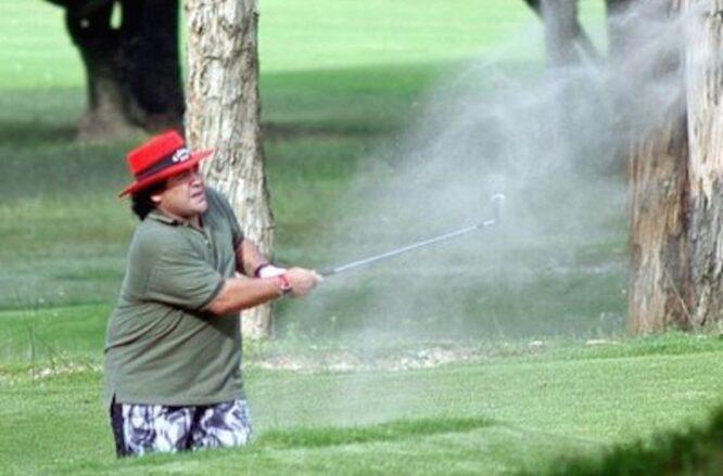 Diego Armando Maradona, jugando al golf