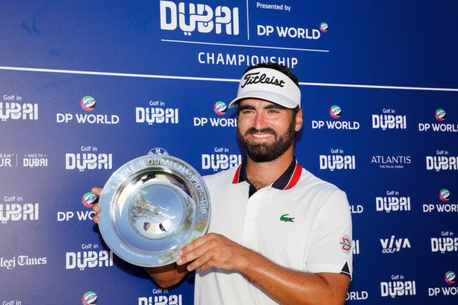 Antoine Rozner posa con el trofeo de ganador del Golf in Dubai Championship. © Golffile | Fran Caffrey