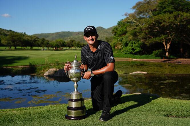 Christiaan Bezuidenhout posa con el trofeo de ganador del Open de Sudáfrica. © Golffile | Thos Caffrey