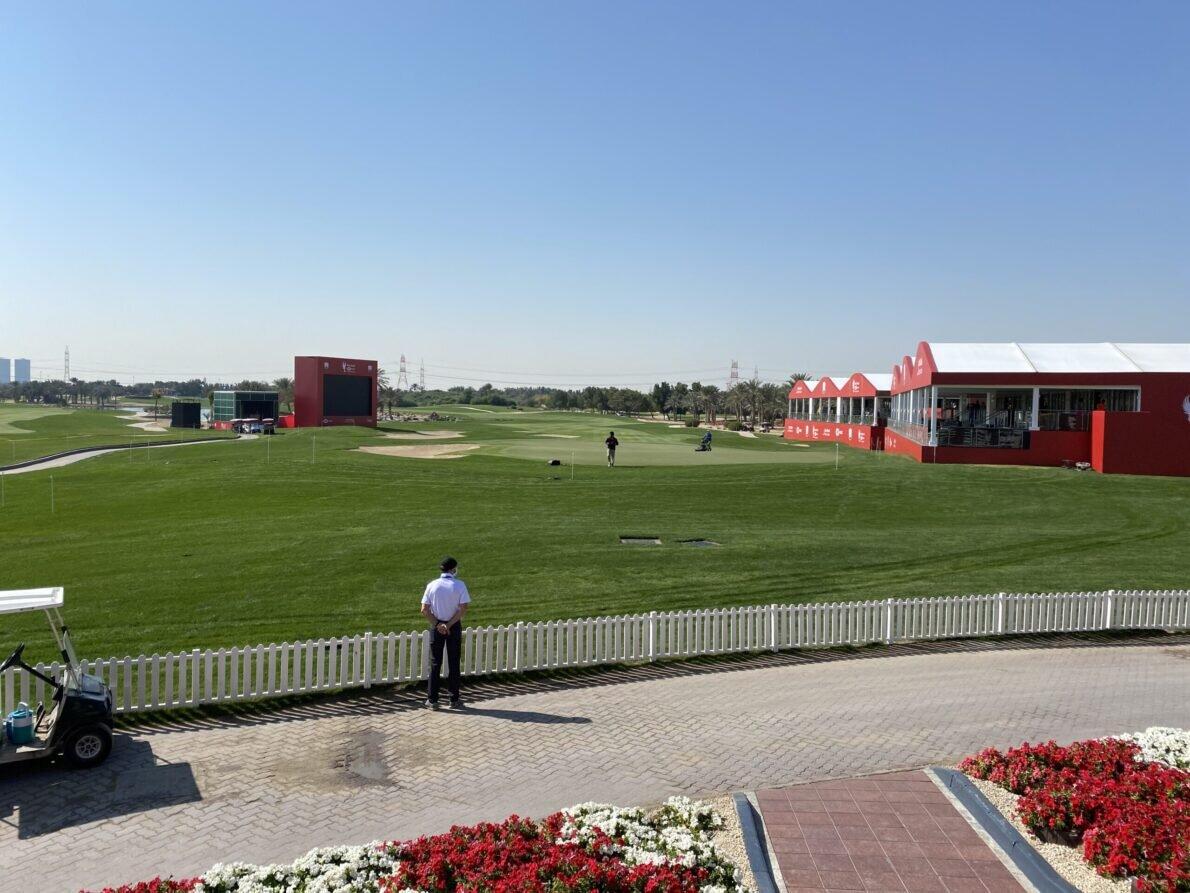 Vista del green del hoyo 18 del Abu Dhabi Golf Club visto desde atrás. © Tengolf