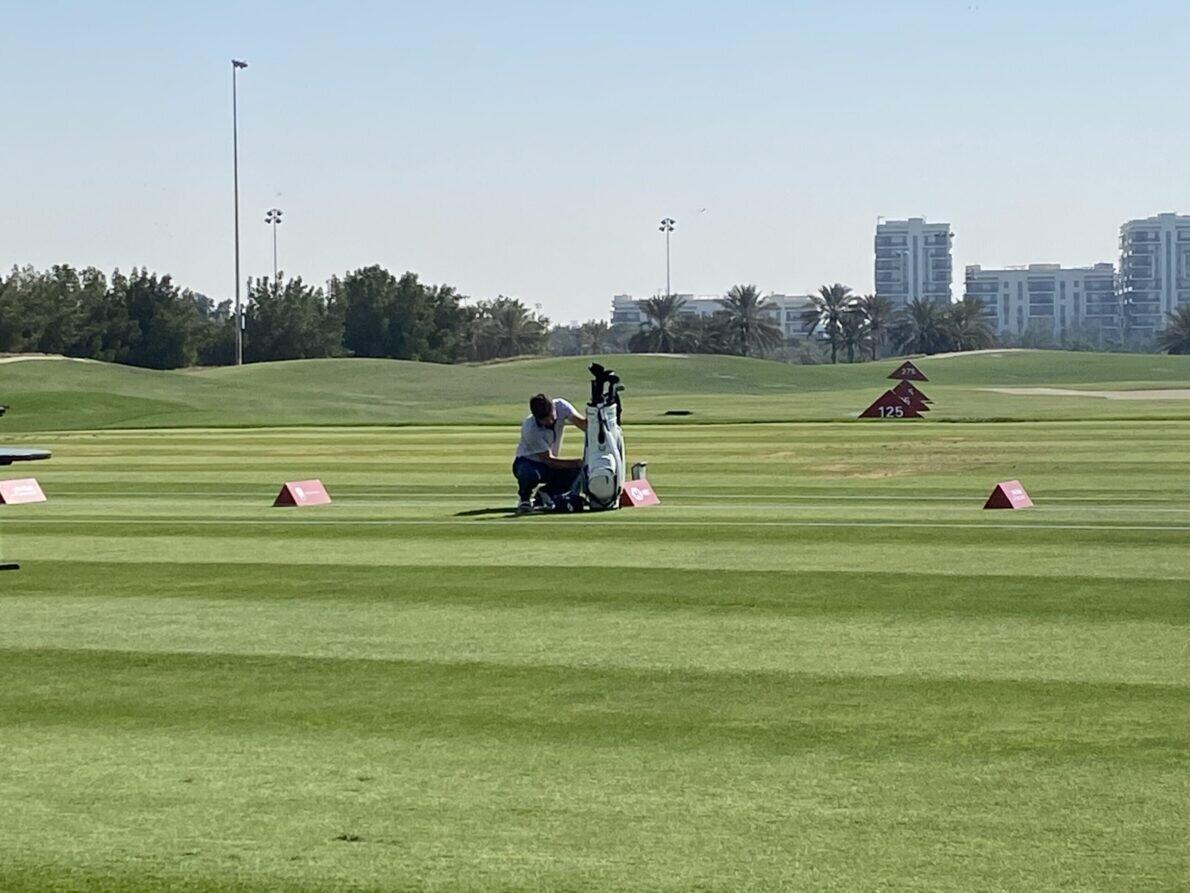 Robert Rock en el campo de prácticas del Abu Dhabi Golf Club. © Tengolf