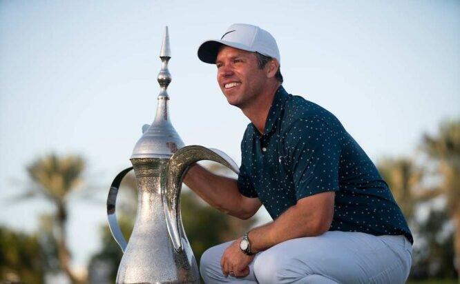 Paul Casey posa con el trofeo de ganador del Omega Dubai Desert Classic. © Golffile | Oisín Keniry