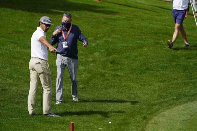 Rafa Cabrera Bello habla con un árbitro tras el desafortunado incidente en el hoyo 2 del Abu Dhabi Golf Club. © Golffile   Fran Caffrey