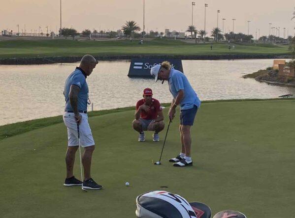 Rafa Cabrera Bello y Miguel Ángel Jiménez hoy miércoles en el putting green del Royal Greens Golf and Country Club. © Ten Golf