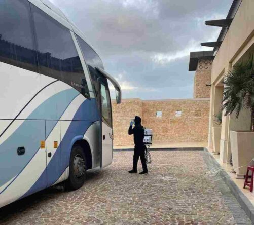 Un empleado se dispone a desinfectar un autobús en Abu Dhabi. © Ten Golf