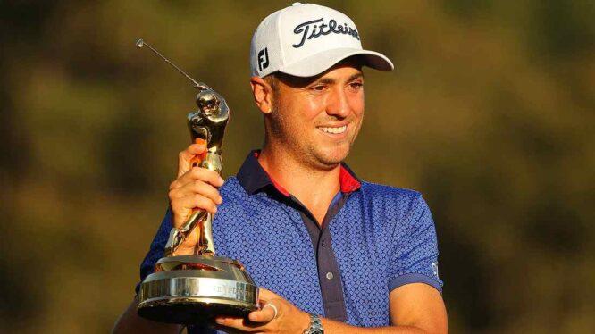 Justin Thomas posa con el trofeo de ganador del THE PLAYERS Championship. © PGA Tour