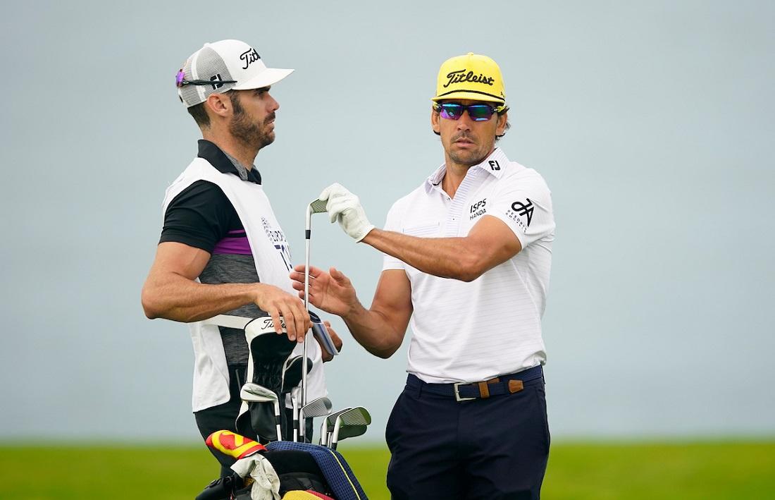 Rafa Cabrera Bello y su hermano y caddie Miguel, durante la primera jornada en Meloneras Golf. © Golffile | Oisín Keniry