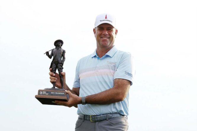 Stewart Cink posa con el trofeo de ganador del RBC Heritage. © PGA Tour
