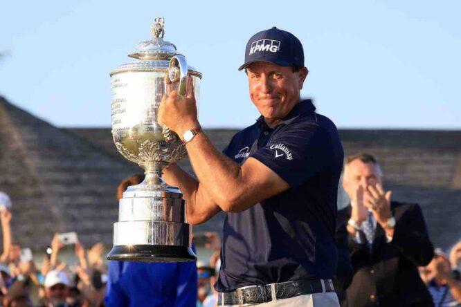 Phil Mickelson posa con el trofeo de campeón del PGA Championship 2021.