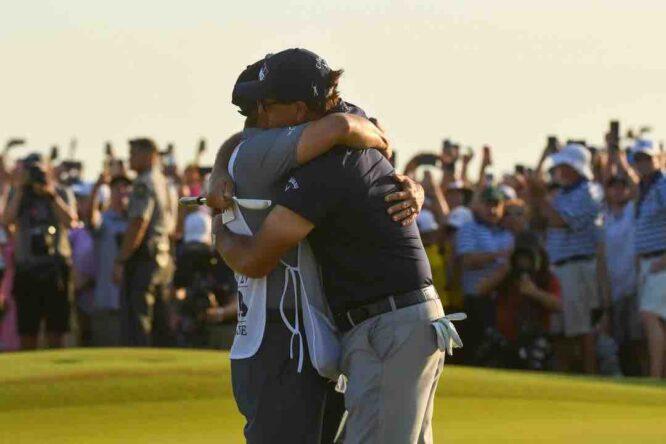 El abrazo de Phil y Tim Mickelson tras ganar el PGA Championship 2021.